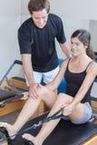 L'uomo insegna ai pilates alle donne una Immagine Stock Libera da Diritti