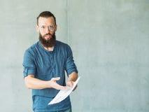 L'uomo insoddisfatto documenta le carte d'ufficio di errore immagini stock libere da diritti