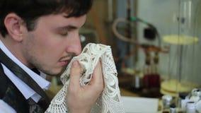 L'uomo inspira l'odore del fazzoletto caro video d archivio