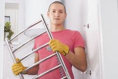 L'uomo installa l'essiccatore dell'asciugamano Fotografie Stock