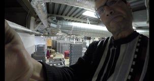 L'uomo installa una macchina fotografica nascosta nella stanza archivi video