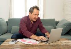 L'uomo invecchiato medio di ribaltamento ha sollecitato circa i debiti della carta di credito e le finanze di stima non felici di immagini stock