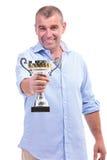 L'uomo invecchiato mezzo casuale presenta il suo trofeo Fotografie Stock
