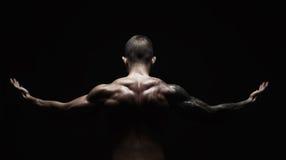 L'uomo irriconoscibile mostra il forte primo piano dei muscoli del collo fotografia stock libera da diritti