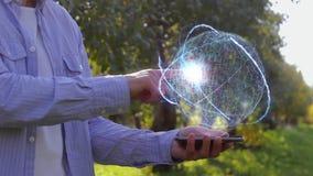 L'uomo irriconoscibile mostra l'ologramma concettuale con la computazione conoscitiva del testo video d archivio
