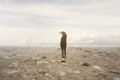 L'uomo isolato esamina l'infinito in un paesaggio surreale e spettacolare fotografia stock libera da diritti