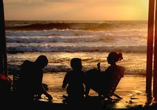 L'uomo, la donna ed il bambino al mare. fotografia stock