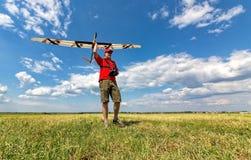 L'uomo lancia nell'aliante del cielo RC Immagine Stock