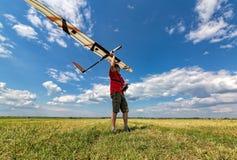 L'uomo lancia nell'aliante del cielo RC Fotografie Stock
