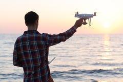 L'uomo lancia un parlare monotonamente la spiaggia fotografie stock libere da diritti