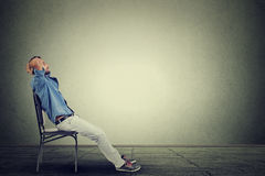 L'uomo laterale di affari di profilo si rilassa nel suo ufficio vuoto Immagine Stock
