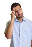 L'uomo latino in una camicia blu ritiene triste Immagine Stock Libera da Diritti