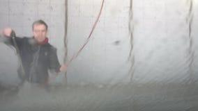 L'uomo lava l'automobile video d archivio