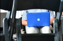 L'uomo lavora al computer portatile di Apple Immagini Stock Libere da Diritti