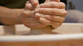 L'uomo lavora con una ruota del ` s del vasaio, soltanto mani video d archivio