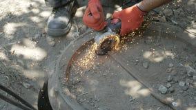 L'uomo lavora la sega circolare Mosche della scintilla da metallo caldo stock footage