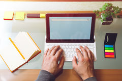 L'uomo lavora per il computer portatile Fotografie Stock Libere da Diritti