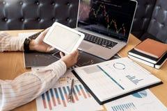 L'uomo lavorante di affari, il gruppo del mediatore o i commercianti che parlano dei forex sugli schermi di computer multipli del fotografia stock libera da diritti