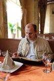 L'uomo legge il menu Fotografie Stock