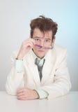 L'uomo li esamina rigorosamente sopra gli occhiali Immagini Stock Libere da Diritti