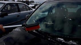 L'uomo libera l'automobile da neve video d archivio