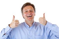 L'uomo maggiore anziano felice e sorridente mostra entrambi i pollici in su Fotografie Stock Libere da Diritti