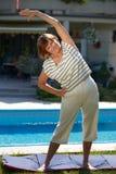 L'uomo maggiore gioca il tennis Fotografie Stock