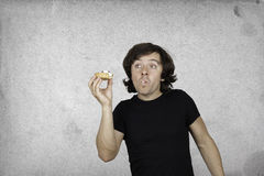 L'uomo mangia un piccolo dolce Canestro, crema, mirtilli rossi Fotografia Stock Libera da Diritti