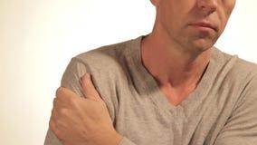 L'uomo massaggia la sua spalla irritata che prova ad alleviare il dolore su fondo bianco Problemi sanitari video d archivio