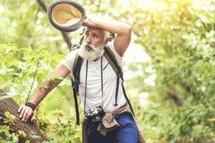 L'uomo maturo è esaurito dall'escursione nel legno Fotografia Stock
