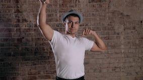 L'uomo maturo bello con la tenuta dell'ente muscolare arma su Uomo d'affari adatto con il bicipite archivi video