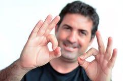 L'uomo maturo che mostra i pollici okay perfeziona il segno. Immagine Stock