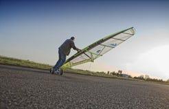 L'uomo maturo pratica windskating urbano Fotografie Stock Libere da Diritti