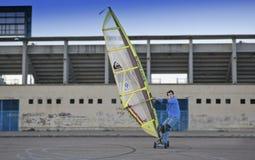 L'uomo maturo pratica windskating urbano Fotografie Stock