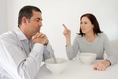 L'uomo maturo soffre dal suo partner abusivo immagine stock