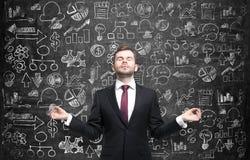 L'uomo meditativo sta cercando la migliore soluzione per il processo di sviluppo di affari Le icone di affari sono disegnate sopr Fotografia Stock Libera da Diritti