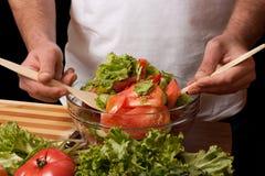 L'uomo mescola l'insalata Fotografia Stock Libera da Diritti