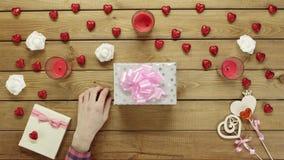 L'uomo mette il biglietto di S. Valentino sulla scatola attuale, vista superiore stock footage