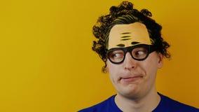 L'uomo in modo divertente e comico con i capelli ricci distoglie lo sguardo, allegramente emozioni divertenti dell'essere umano,  video d archivio