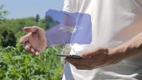 L'uomo mostra gli aerei dell'ologramma di concetto sul suo telefono archivi video