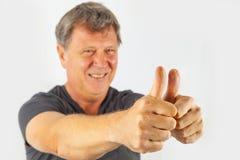 L'uomo mostra i pollici su Immagini Stock