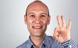 L'uomo mostra il segno GIUSTO Fotografia Stock Libera da Diritti