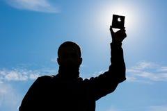 L'uomo mostra l'eclissi del sole Fotografia Stock Libera da Diritti