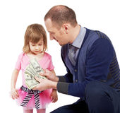 L'uomo mostra le note del dollaro aperte come ventilatore alla ragazza Fotografie Stock