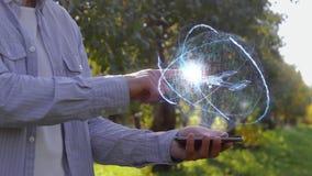 L'uomo mostra l'ologramma con l'aereo di elica archivi video