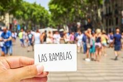 L'uomo mostra un'insegna con il Las Ramblas del testo, al Las Ramblas Fotografia Stock