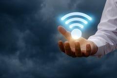 L'uomo mostra un simbolo di WiFi Immagine Stock