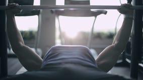 L'uomo muscolare solleva i pesi Fine in su video d archivio