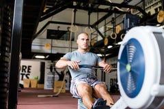 L'uomo muscolare sta risolvendo Fotografia Stock Libera da Diritti