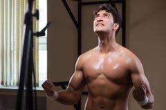 L'uomo muscolare strappato in palestra che fa gli sport Fotografia Stock Libera da Diritti